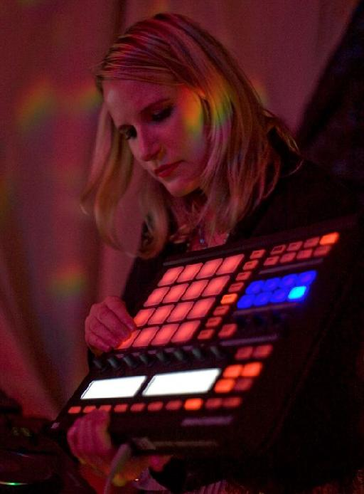 Laura Escudé performing live with NI's Maschine