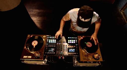DJ Shiftee using the Traktor Kontrol S8 as a DVS mixer for 2 turntables.