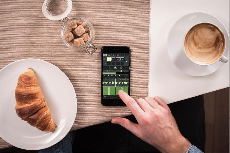 The croissant and coffee are not included with the Blocs Wave app or update.
