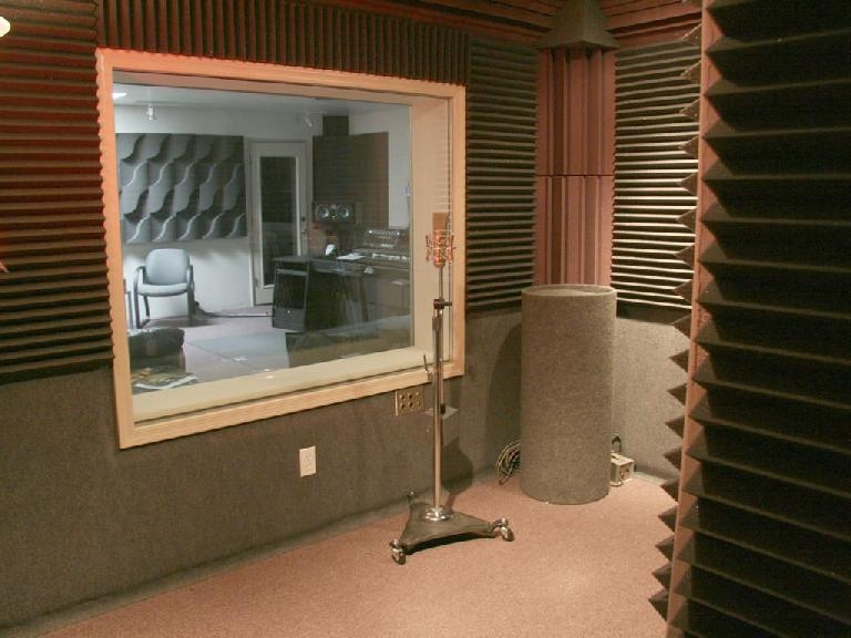 (Pic 1b) A smaller room packed with acoustic treatment and materials designed for absorption, will produce a warm ambience with a short decay.