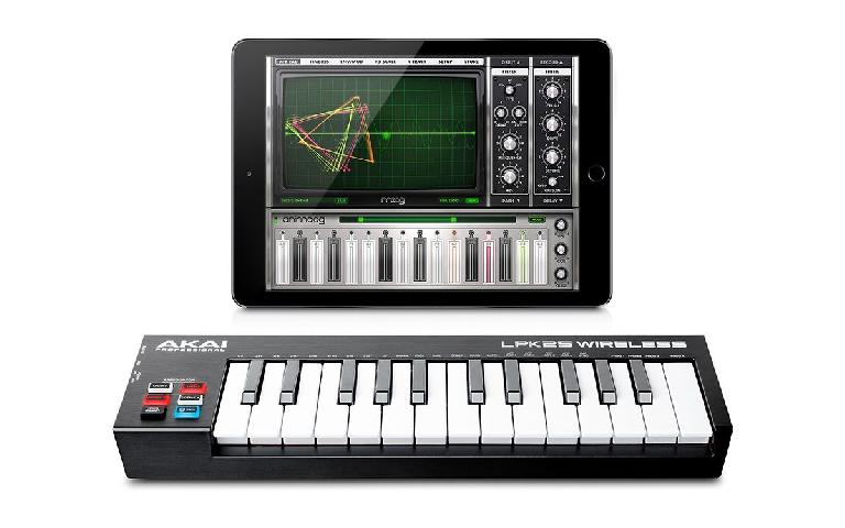 Akai Pro LPK25 Wireless MIDI keyboard Controller with iPad.