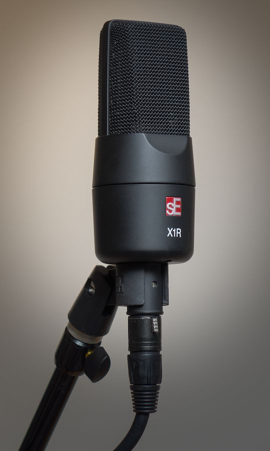 Figure 1. The sE Electronics sE X1R in supplied hard mount.