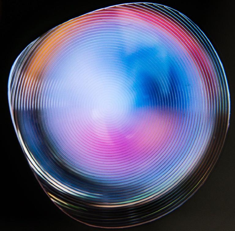 These fresnel lenses focus an image on your eyeballs, and make the immersion possible